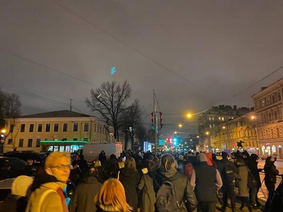В Петербурге протестующие идут колонной в сторону Московского проспекта (видео)