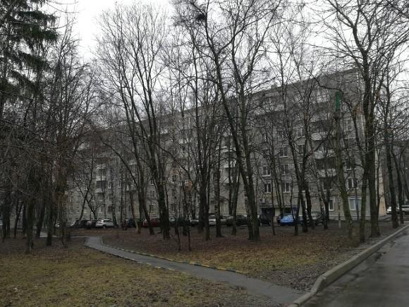 Подъезд дома эвакуировали в Москве из-за вооруженного автоматом жильца