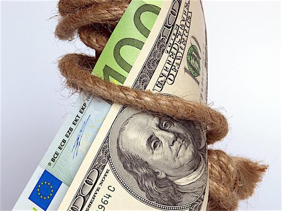 Рубль в ходе торгов укрепляется к доллару и евро