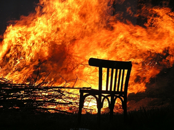 В рязанской деревне из-за непотушенного окурка сгорели 15 домов