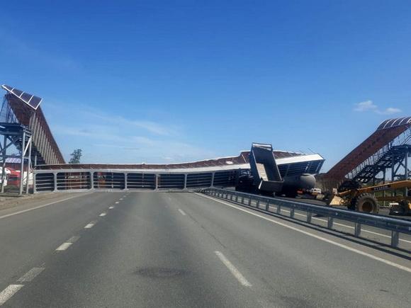 На трассе «Иртыш» самосвал поднятым кузовом снес надземный переход (фото)