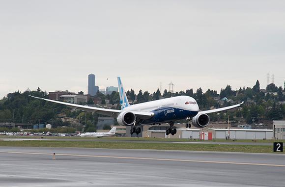 В Красноярске сел японский Boeing c отказавшим двигателем