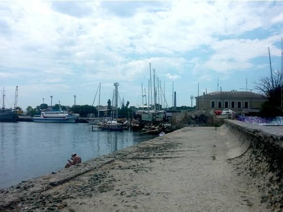 Уборщик пляжа в Евпатории стал героем соцсетей (видео)