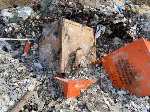 Контейнеры с маркировкой об опасном содержимом нашли на свалке в Красноярске (фото)