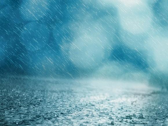 Сильный дождь и гроза будут в Москве до утра