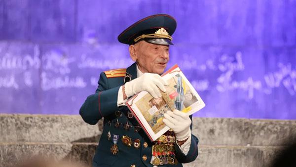Ветеран ВОВ представил свою книгу на ступенях «рейхстага» в Музее Победы