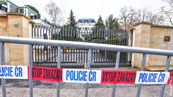 Власти Праги потребовали отнять у России часть территории посольства