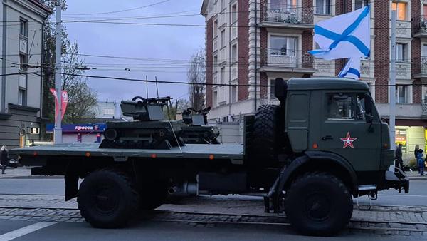 На репетиции парада в Калининграде показали боевого робота