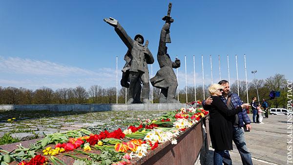 Цветы к памятнику Освободителям в Риге вопреки запретам возложили около 20 тыс. человек