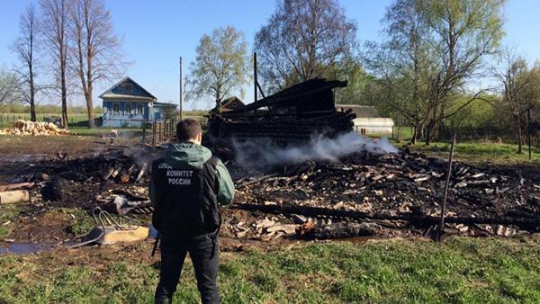 Спасатели и милиция застряли на разбитой дороге по пути на пожар и убийство под Ярославлем