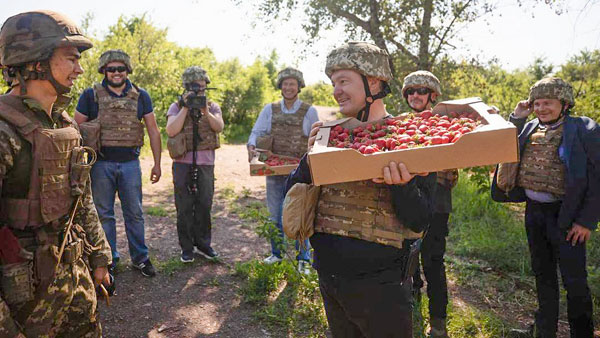 «Шатающийся» Порошенко приехал в Донбасс с клубникой для военных