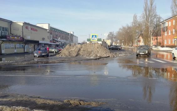 В Курске рядом с пешеходным переходом у Сеймского рынка складируют грязный снег