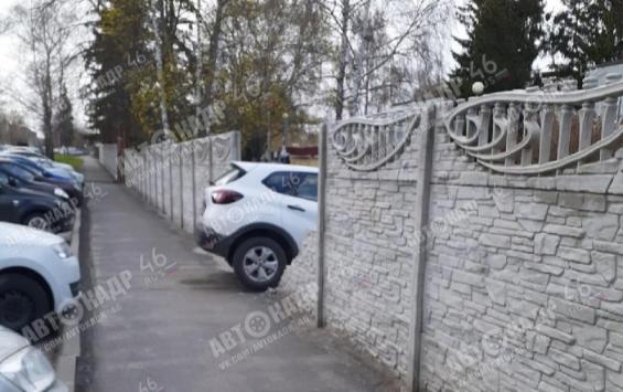 В Курске автомобиль протаранил забор детского сада