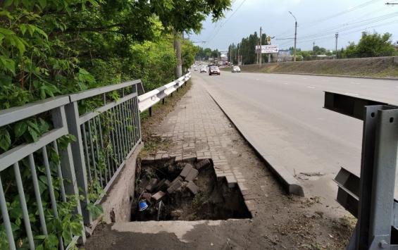 В Сеймском округе Курска обвалилась тротуарная плитка