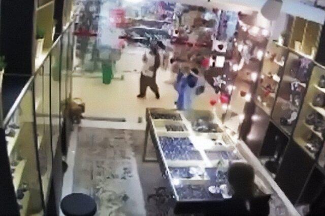 Школьники в костюмах единорогов ограбили магазин. Это не сюжет нового фильма Гая Ричи, а очень неудачная пиар-акция ювелирного салона в Южно-Сахалинске