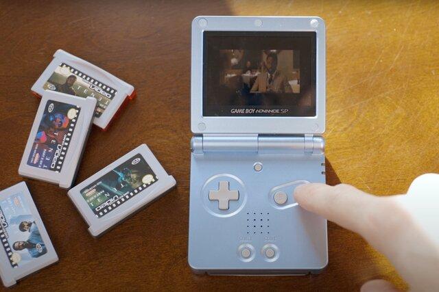 """Нолан хотел, чтобы зрители посмотрели «Довод» в кино. Не все с ним согласны: ютьюбер перенес фильм на Game Boy Advance с малюсеньким экраном. «Возможно, это худший способ смотреть """"Довод""""»"""