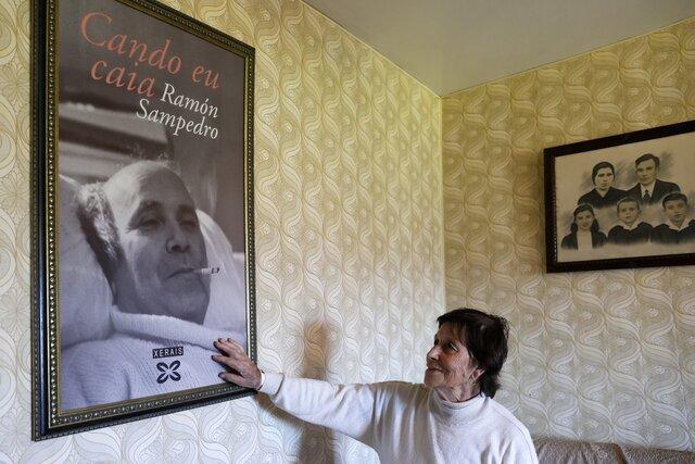 Парализованный Рамон Сампедро несколько лет боролся за право уйти из жизни. Не дождавшись его, он совершил самоубийство. Спустя 23 года Испания легализовала эвтаназию