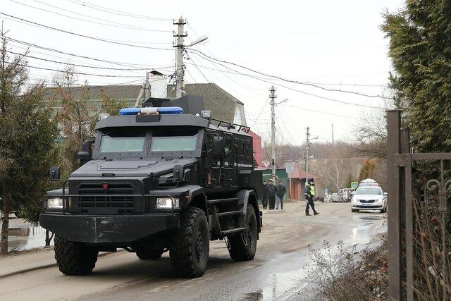 В коттеджном поселке в Подмосковье подозреваемый в незаконном обороте оружия открыл стрельбу по полицейским. Росгвардия и ФСБ осадили его дом