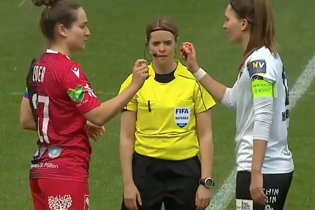 В Австрии капитаны женских футбольных клубов перед матчем сразились крашеными яйцами. Так они отметили Пасху