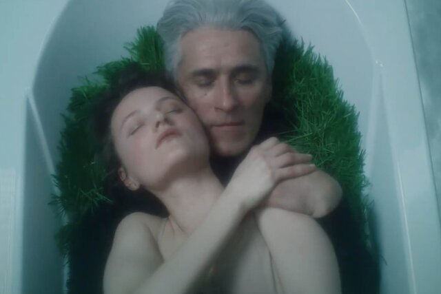 Человек тащит по городу ванну в новом клипе «Молчат дома». Премьера и интервью группы на «Медузе»