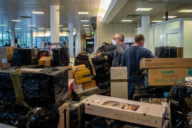 Российские дипломаты, высланные из Чехии, вернулись в Москву с десятками коробок и чемоданов. Фотографии