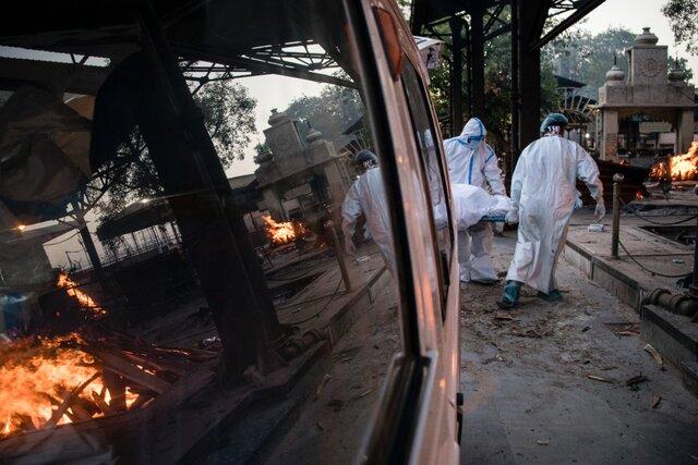 В Индии экстремальный всплеск заболеваемости ковидом: за сутки — более 300 тысяч случаев. Такого не было еще нигде в мире. В крематориях едва успевают сжигать тела умерших