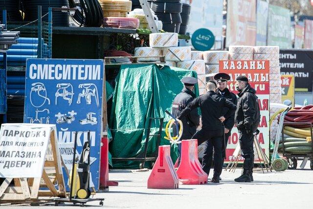 Под Ростовом-на-Дону сотни продавцов устроили стихийный митинг после закрытия трех крупных рынков. Днем ранее рынки оцепили 5000 силовиков