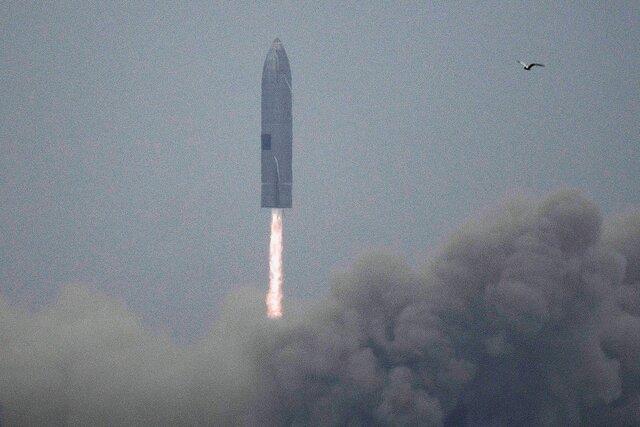 Прототип Starship — корабля SpaceX для полетов на Марс — впервые совершил успешную посадку. Предыдущие испытания заканчивались взрывами