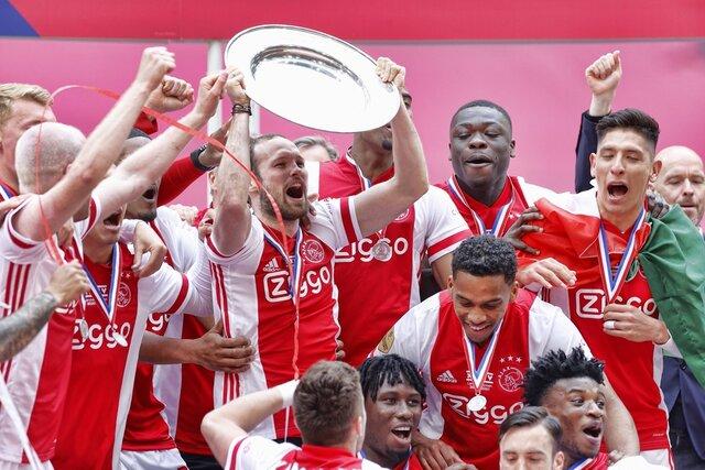 Футбольный клуб «Аякс» расплавил чемпионский трофей. Из него отлили 42 тысячи звездочек — и подарили болельщикам, которые из-за ковида не могли ходить на матчи