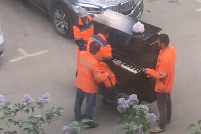 В Москве грузчики устроили концерт с живой музыкой. Они одновременно тащили пианино и играли на нем «Катюшу»