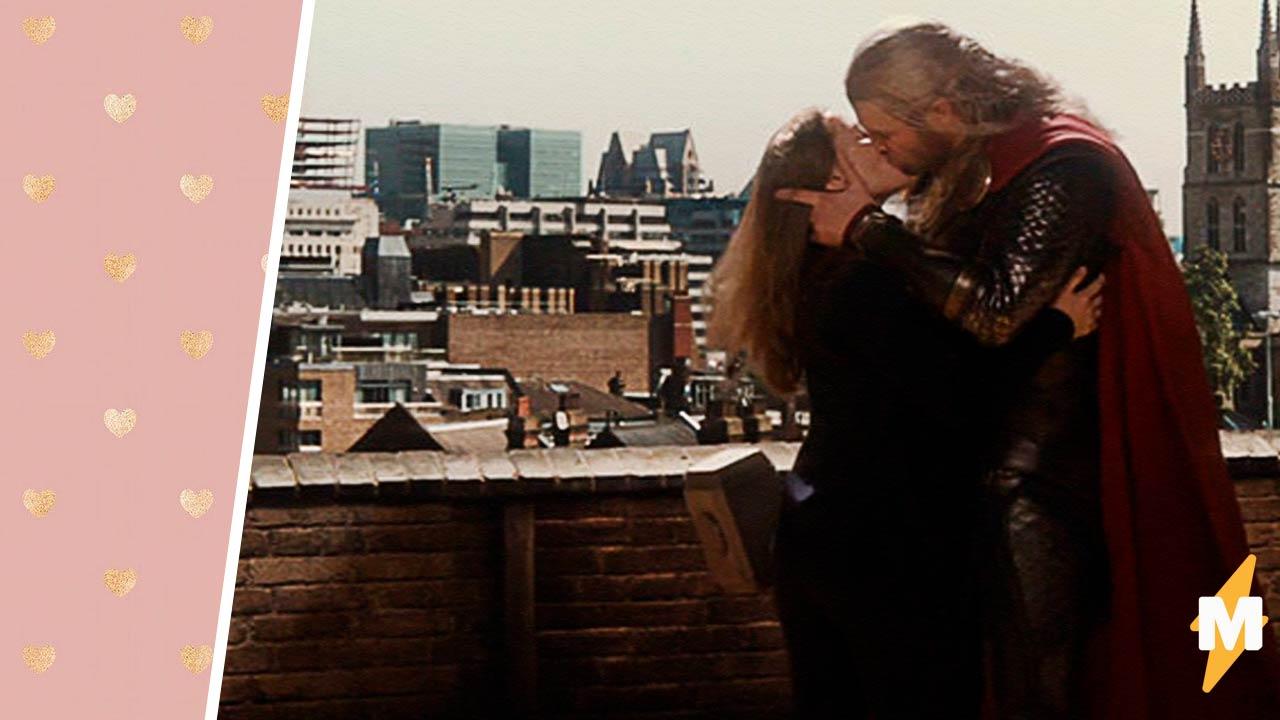 Фаны узнали, кого на самом деле Крис Хемсворт целовал в «Торе 2». Это не Натали Портман, и так даже лучше