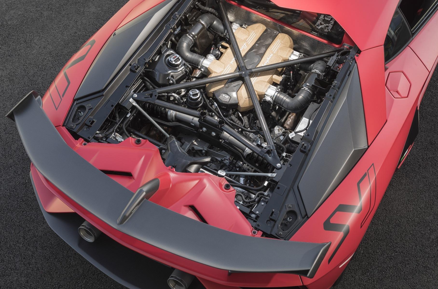 Lamborghini выпустит в 2021 году две модели с двигателем V12