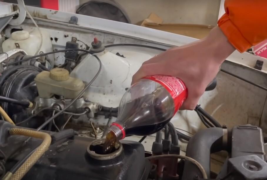 Видео: что будет, если вместо моторного масла в двигатель залить колу