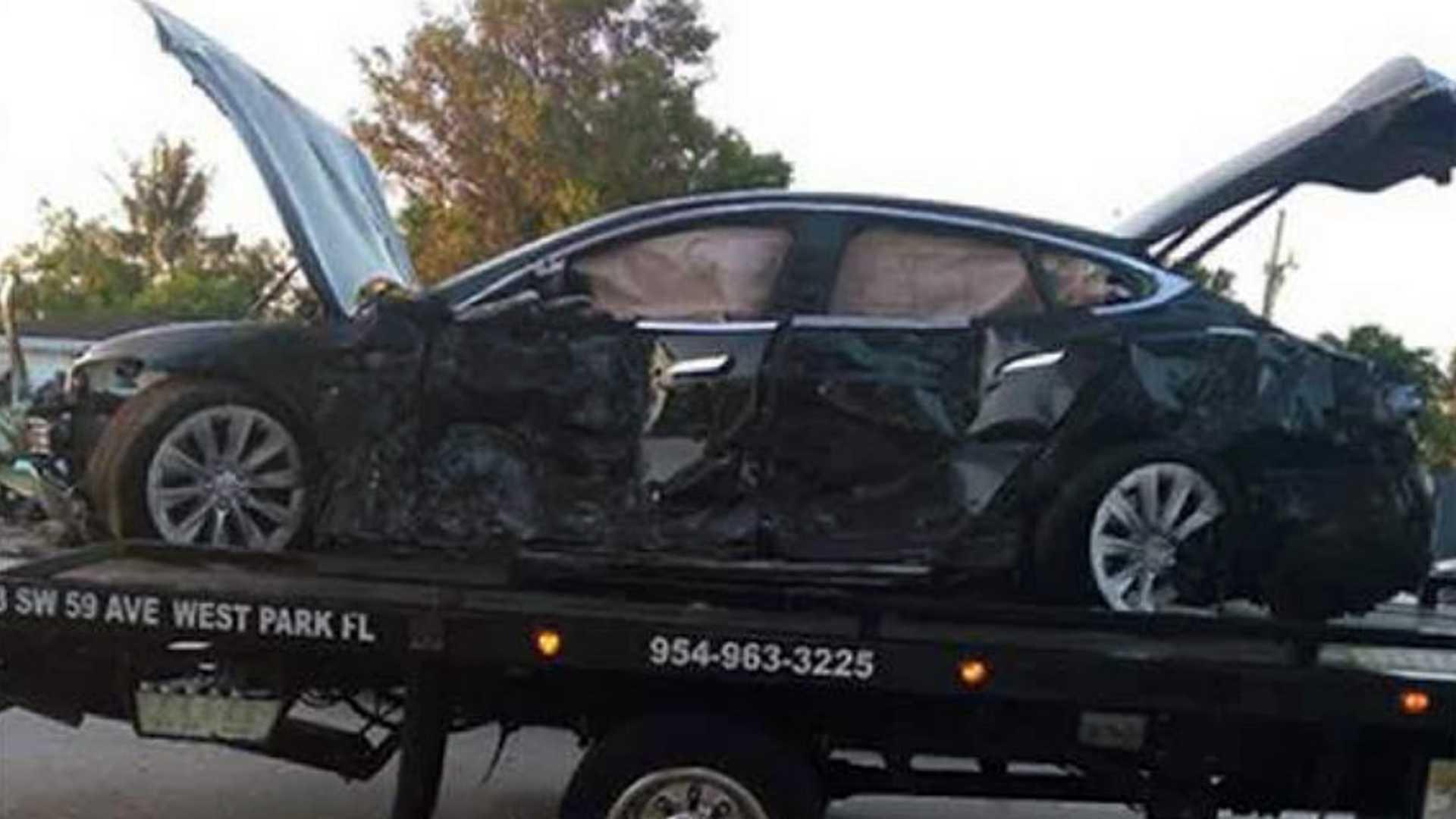 Водитель Tesla врезался в дом на скорости 160 км/ч и остался жив