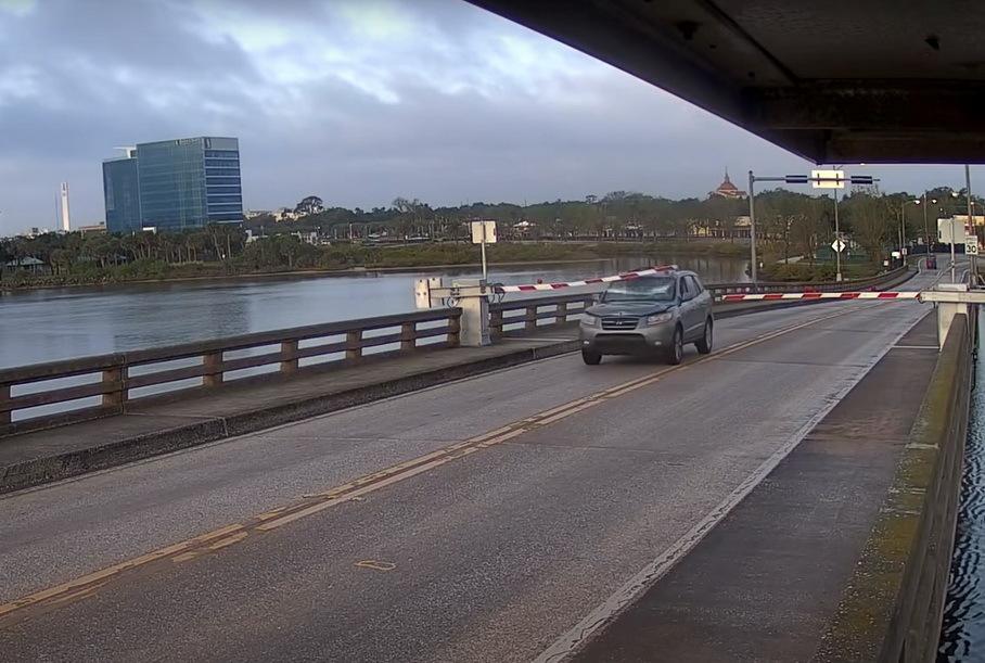 Видео: в США водитель Hyundai перепрыгнул разводной мост