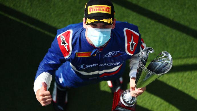 Российский гонщик Смоляр выиграл первую гонку «Формулы-3» в Испании