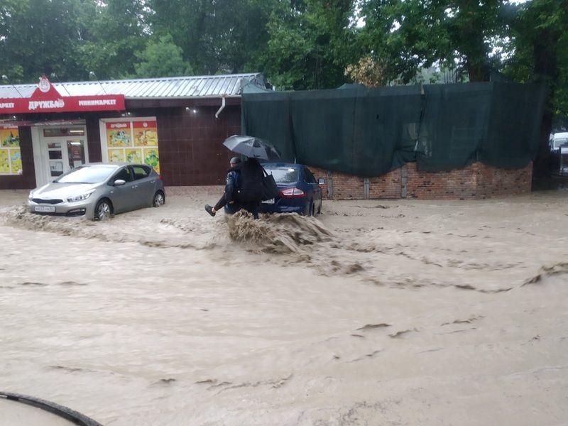 Власти сообщили о тяжелой ситуации в ялтинском поселке из-за наводнения