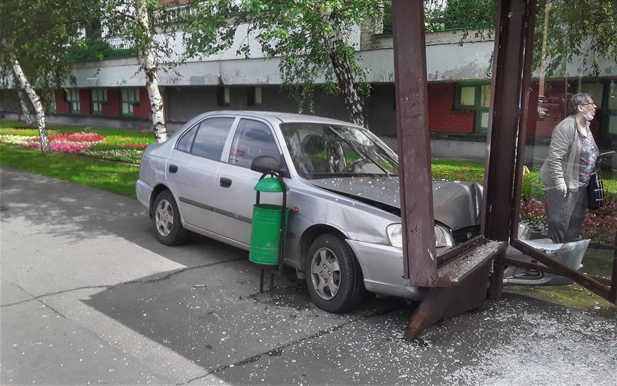 Автомобиль въехал в остановку на западе Москвы