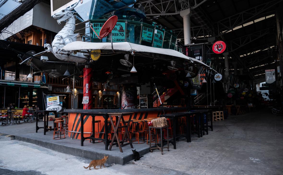 На Пхукете из-за распространения COVID-19 решили закрыть бары и клубы