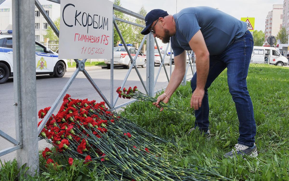 В Казани начался день траура по погибшим во время стрельбы в школе