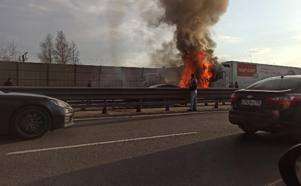 Число жертв аварии с двумя грузовиками в Петербурге увеличилось до трех