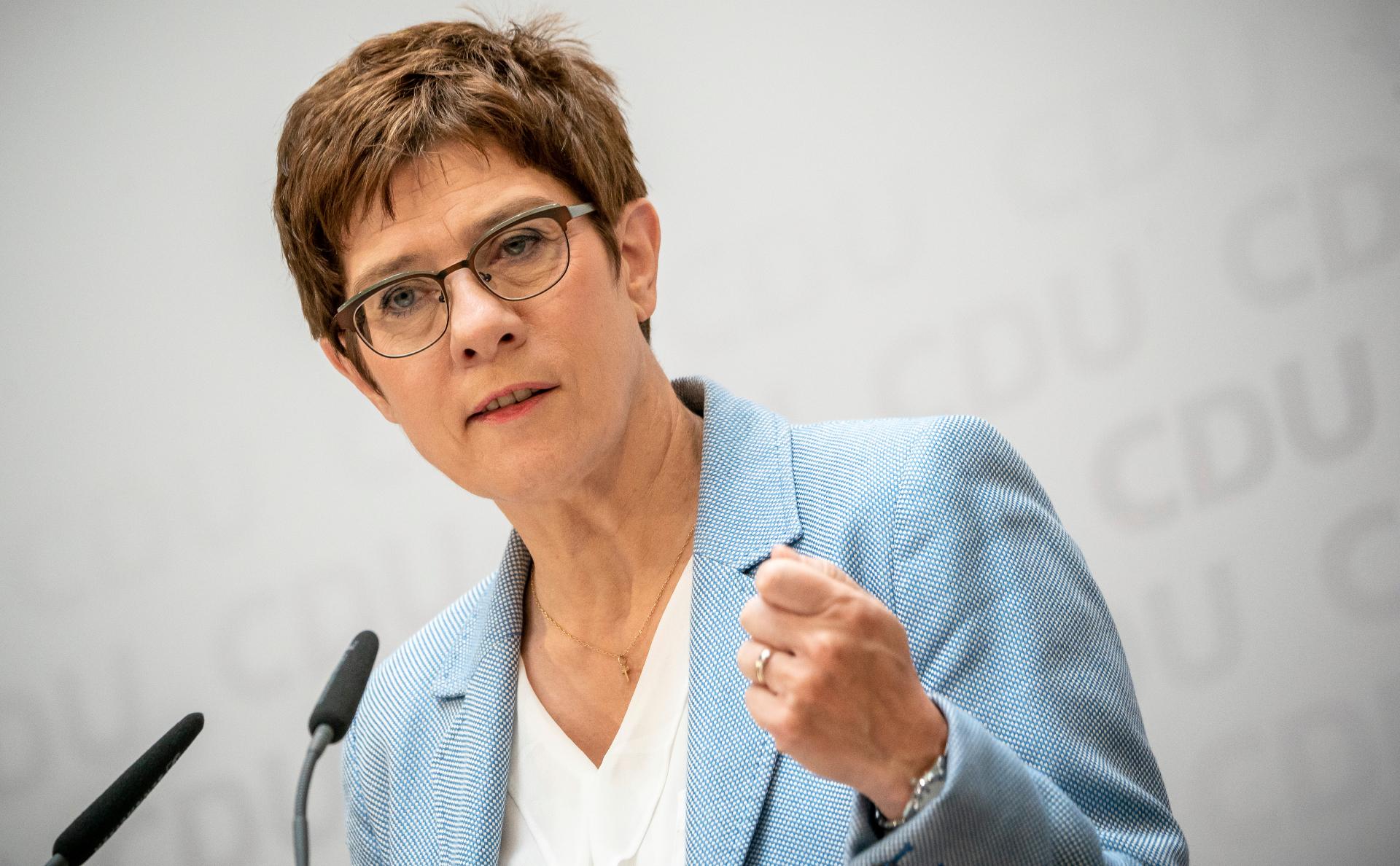 Министр обороны Германии призвала Россию объяснить перемещение войск