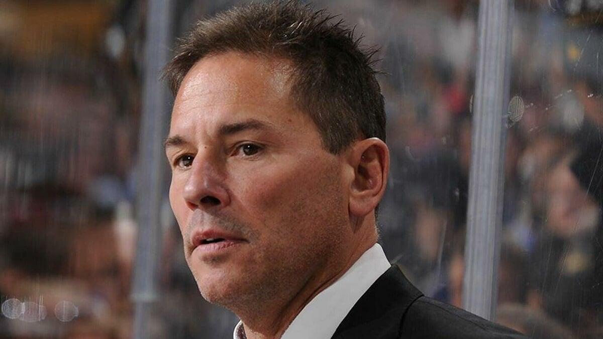 НХЛ оштрафовала тренера «Бостона» Кэссиди на 25 тысяч долларов за критику судей