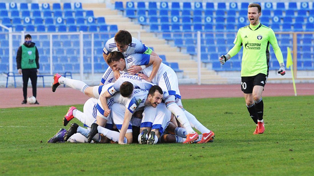 «Вот это удар!» Футболист «Волгаря» забил победный гол со своей половины поля на 89-й минуте: видео