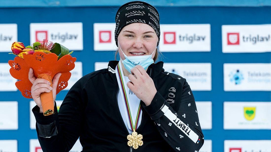 17-летняя девушка из Южно-Сахалинска - главная звезда ЧМ по сноуборду. Надыршина - самая юная чемпионка в истории