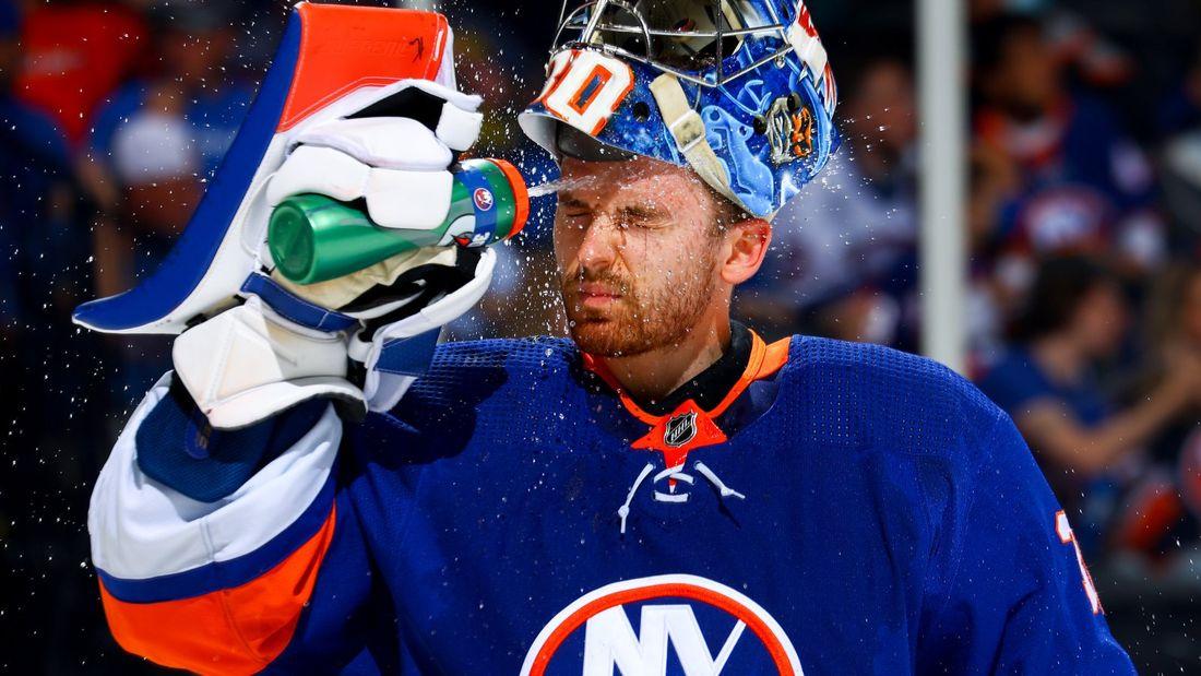 «Он – настоящий зверь!» Русский вратарь непобедим в плей-офф НХЛ – фанаты «Айлендерс» поют в честь Сорокина песни