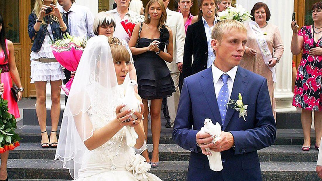 Какой была свадьба Дениса и Дарьи Глушаковых: друзей жениха избили, а платье невесты раскритиковали