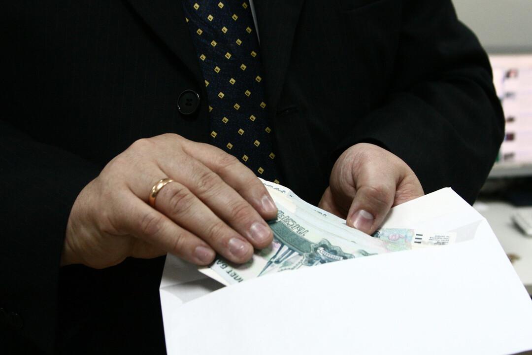 Больше трети россиян согласились на зарплату в конверте
