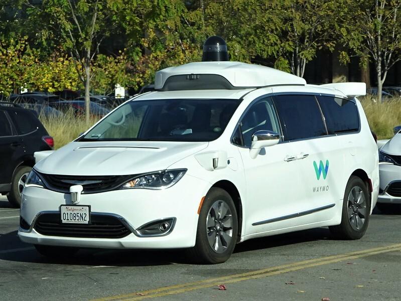Беспилотное такси от Google устроило пробку на дороге и «сбежало» от эвакуаторов