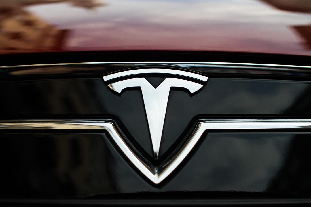 Акции Tesla обрушились на треть из-за твитов Маска и нехватки чипов